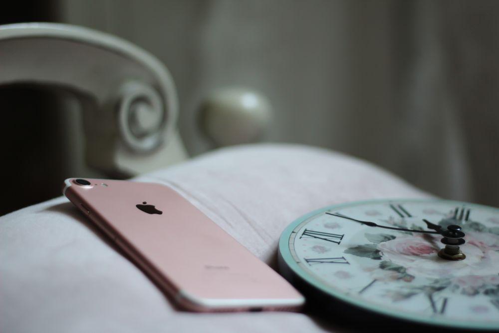 社用の携帯電話を持って帰っただけでは労働時間にはなりません